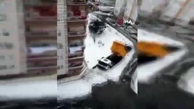 amator -  Rize'de karda yiyecek arayan sansar kamerada
