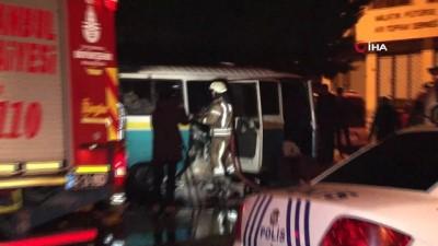Esenler'de içi tekstil malzemesi dolu park halindeki minibüs alev alev yandı