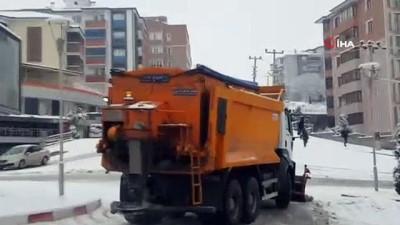 Sürücüler karda ilerlemekte zorlandı