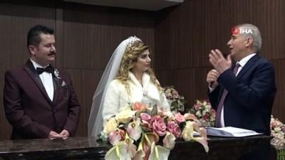 30'a yakın çift 'Sevgililer Günü'nde dünya evine girdi