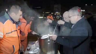 belediye baskani -  Belediye Başkanı Ekicioğlu, temizlik görevlileri ile çorba içip vatandaşla görüntülü konuştu