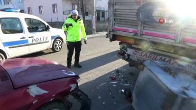 Güneşten etkilenen sürücü önce çöp konteynerine, sonra da tıra çarptı