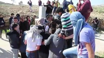 Filistinli gençler İsrail güçlerinin yola kurduğu bariyeri yıktı - RAMALLAH