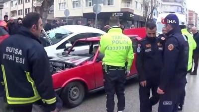 tahkikat -  İki otomobil kafa kafaya böyle çarpıştı: 4 yaralı