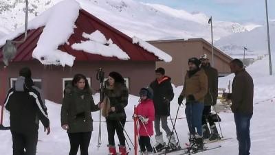 Ovacık Kayak Merkezi'nde hafta sonu yoğunluğu