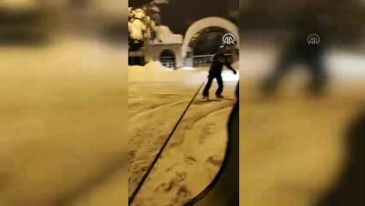 kisla - Van'ın karlı sokaklarında snowboard yaptı