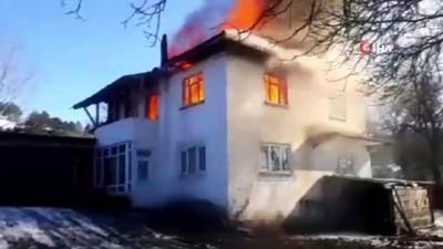 Kastamonu'da iki katlı ev yangında kullanılamaz hale geldi