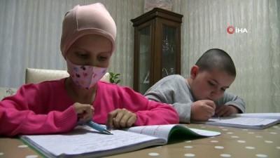 Yaşı küçük, kalbi büyük...Kanser olan arkadaşı için saçını kestirdi