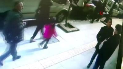 polis -  6 yıl sonra gördüğü arkadaşıyla önce tokalaştı sonra saldırdı...O anlar kamerada