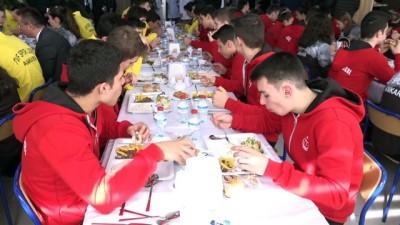 Çavuşoğlu, Türkiye Voleybol Federasyonunu  ve Spor Lisesi'ne ziyaret etti - ANKARA