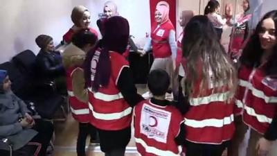 Genç Kızılay gönüllüleri yabancı uyruklu çocuklara oyuncak verdi - AMASYA
