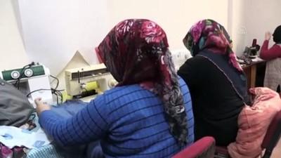 Kadınlar atık kumaşlardan İdlib'deki çocuklar için giysi ve oyuncak üretiyorlar - AĞRI İzle