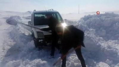 Karlı yolda mahsur kalan hasta kurtarıldı
