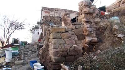 polis -  Dağdan yuvarlanan kaya evi yıktı İzle