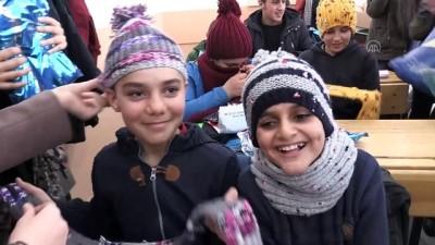 hassasiyet - Üniversiteli kızlar ördükleri atkı ve bereleri güvenlik güçleri ve öğrencilere dağıttı - MUŞ