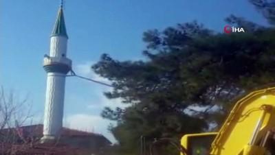 amator -  Depremde zarar gören caminin minaresi kontrollü şekilde böyle yıkıldı Haberi