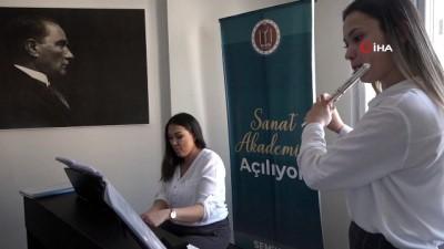 Klarnet sanatçısı Hüsnü Şenlendirici, Sanat Akademisi açılışına katıldı