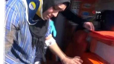 mahsur kaldi -  Sulama kanalına uçan otomobildeki anne ve çocuğunu genç adam kurtardı