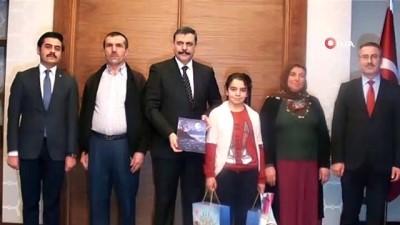 Vali Çiftçi, babasının doğum gününde aldığı küpeleri İdbil'e bağışlayan Ayşegül'ü kabul etti