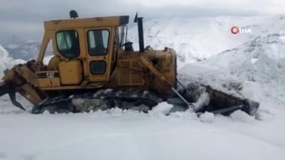 Hizan'da zorlu karla mücadele çalışması