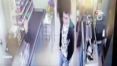 asad -  Sancaktepe'de markette bıçaklı gaspçı kamerada... Market çalışanı kaçan gaspçıyı paspas ile kovaladı