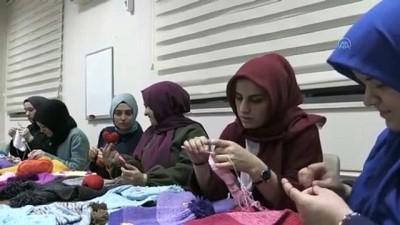 Üniversiteli kız öğrenciler depremzedeler için atkı, bere ve eldiven ördü - SAMSUN
