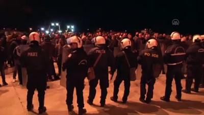 Yunanistan'da 'kapalı mülteci kampı' kararına itiraz eden vatandaşlar polisle çatıştı - GÜMÜLCİNE
