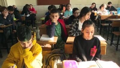 genc ogretmen - Görme engelli Ali öğretmen öğrencilerinin dünyasını aydınlatıyor - İZMİR