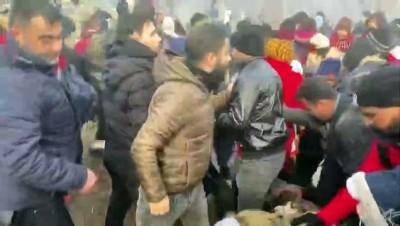 Pazarkule Sınır Kapısı önünde bekleyen düzensiz göçmenler tellerden atlayarak tampon bölgeye geçti - EDİRNE