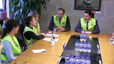 kimlik karti -  Gönüllü hayvan koruyucuları kimliklerini Başkan Aras'tan teslim aldı