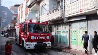 itfaiye araci -  Kayseri'de ev yangını: Dumandan zehirlenen 2 kardeş tedavi altına alındı