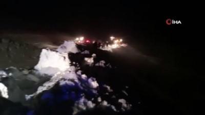 kalaba - Van-Bahçesaray karayolunda minibüsün üzerine çığ düştü