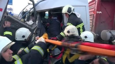 İki tırın çarpıştığı kazada kabinde sıkışan sürücü ağır yaralandı