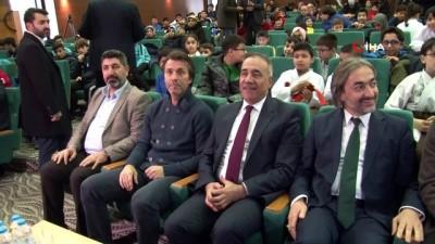 Eski futbolcu ve teknik direktör Bülent Korkmaz genç sporcularla buluştu