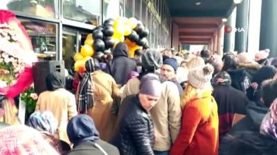 kalaba -  Bursa'da züccaciye dükkanının açılışında izdiham yaşandı