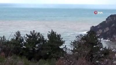 Çamurlu su denizi sarıya boyadı