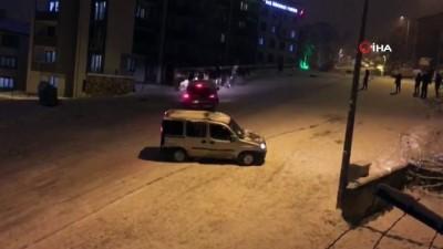 Gece buz tutan yolda işçi servisi devrildi...Servisin boş olması faciayı önledi
