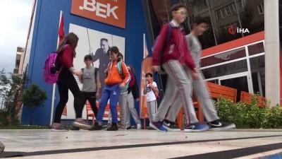 okul muduru -  Öğrencilerden korona selamı...Ayaklarıyla selamlaşıyorlar