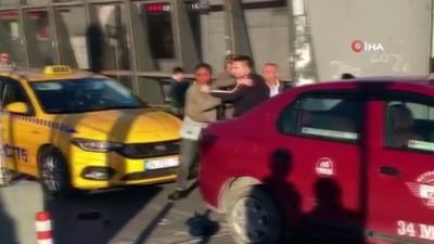 """Kadın yolcudan taksiciye """"şarj aleti"""" dayağı kamerada"""