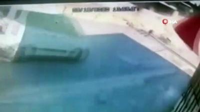 İzmir'de 2 kişinin ağır yaralandığı feci kaza anı güvenlik kamerasında