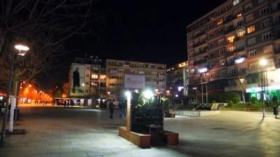 olaganustu hal - Kovid-19 nedeniyle kendilerini izole eden Kosova'daki vatandaşlardan balkondan protesto - PRİŞTİNE