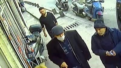 """emekli maasi -  Korona virüsü bahane edip yaşlı adamı """"kolonya"""" uzatıp gasp eden şahıs kamerada"""