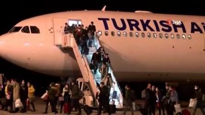 İrlanda'da eğitim gören öğrencileri taşıyan uçak Sivas'a indi