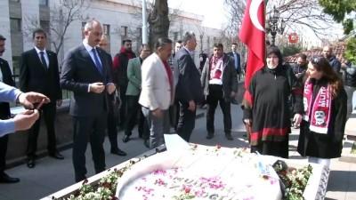 Bakan Gül, merhum Muhsin Yazıcıoğlu'nu kabri başında andı