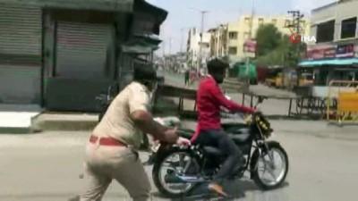 - Hindistan'da Sokağa Çıkma Yasağına Uymayanlara Dayak