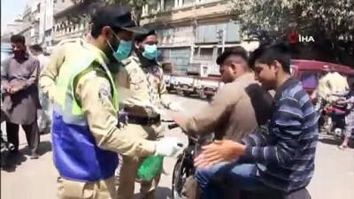 - Pakistan Camilerde Cemaatle Kılınan Namazları Yasakladı