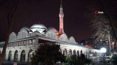 Yatsı ezanı sonrası camilerden dua sesleri yükseldi