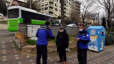 isaf - Barınma evine gitmek istemeyen yaşlıyı zabıta ekipleri ikna etti - KOCAELİ