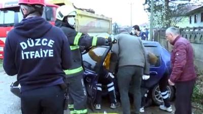 Kamyonla çarpışan otomobilde sıkışan iki kişi yaralandı - DÜZCE