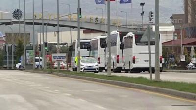 umre - Karantinadaki umreciler memleketlerine gönderiliyor - Otobüslerin Gölbaşı'ndaki öğrenci yurduna girişi - ANKARA